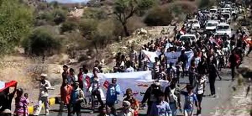 جانب من المشاركين في المسيرة التي تحركت الخميس من مدينة التربة باتجاه مركز الشمايتين
