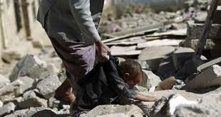 طفل يبكي عائلته بعدما طمرتها انقاض منزل دمرته طائرات العدوان السعودي الاميركي (ارشيف ـ المستقبل)