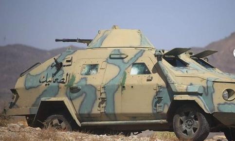 مدرعة تابعة لمرتزقة العدوان السعودي في لواء الصعاليك تتمركز في احدى الجبهات الغربية بتعز