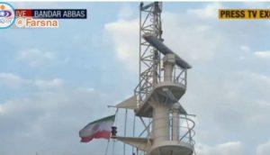 """""""شاهد"""" إيران تنزع العلم البريطاني وترفع علمها على الناقلة البريطانية المحتجزة"""